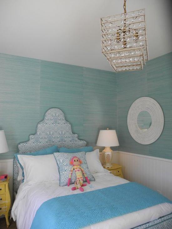 un dormitorio juvenil decorado con papel azul