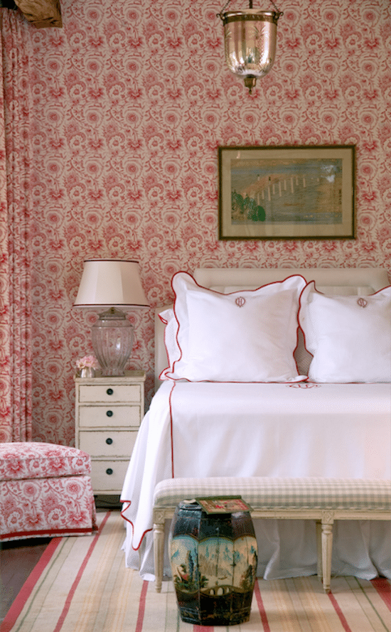 decorar-las-paredes-del-dormitorio-con-papel-pintado-rojo