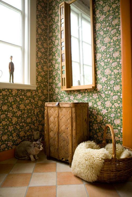 rincon de un recibidor con paredes decoradas con papel de flores