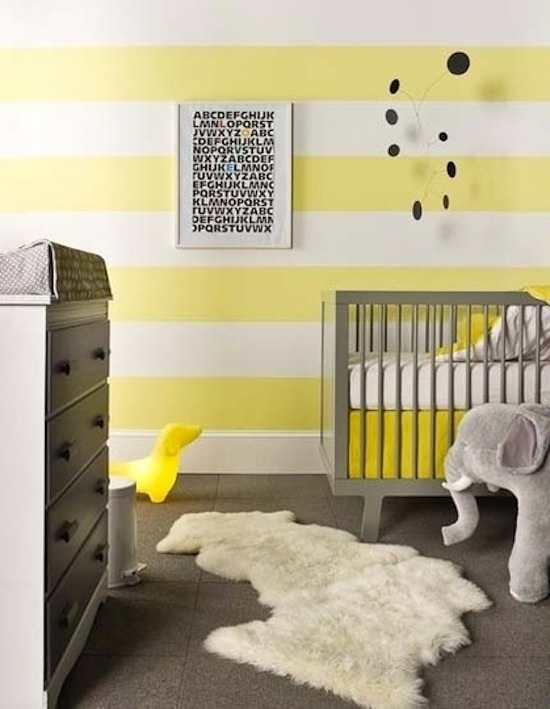 papel-pintado-de-rayas-amarillas-y cuna-gris
