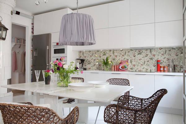 papel pintado colibris con fondo blanco roto en la encimera de la cocina