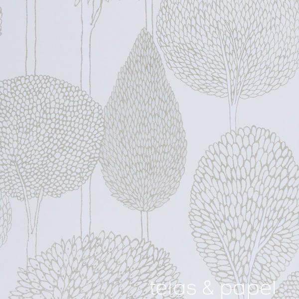 papel pintado con siluetas de arboles de troncos color blanco perla
