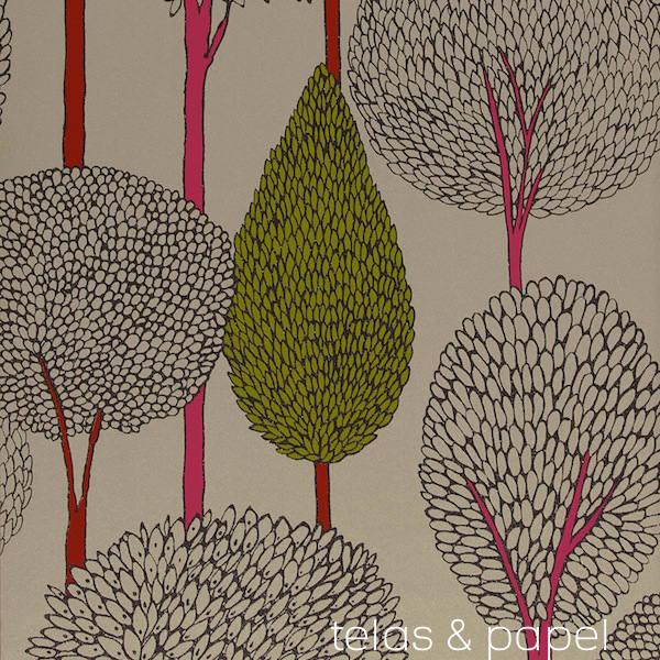 papel pintado con siluetas de arboles de troncos color rosa chicle