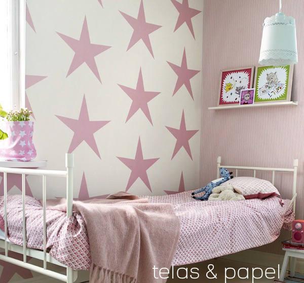 dormitorio con papel pintado infantil con estrellas rosas
