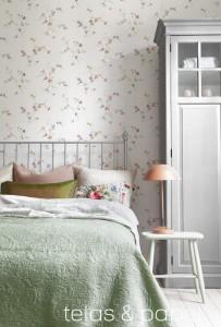 dormitorio empapelado con papel pintado de flores y mariposas
