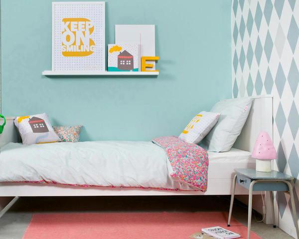 Habitaciones de bebes con rombos en las paredes telas for Papeles para empapelar dormitorios