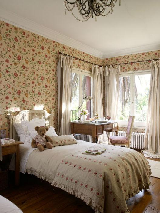 dormitorio con flores