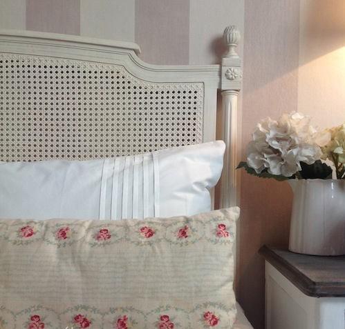 dormitorio con rayas