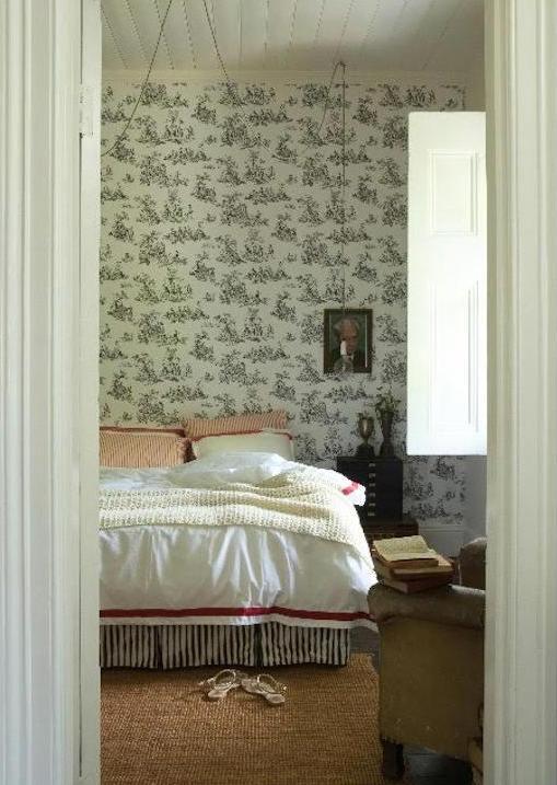 dormitorio con papel francés