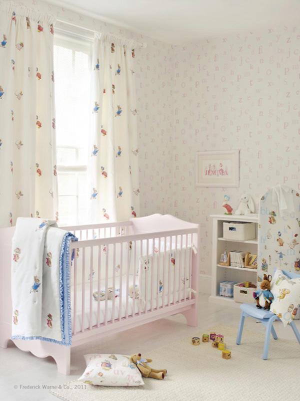 papel pintado con letras inspiradas en beatrix potter dormitorio bebe con papel letras rosas