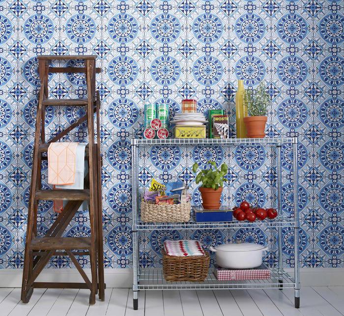 Una cocina con papel pintado mosaicos telas papel - Papeles pintados lavables ...