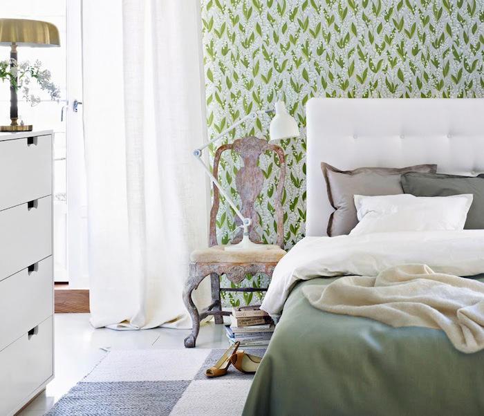 Un dormitorio decorado con lirios de los valles telas for Dormitorios empapelados y pintados