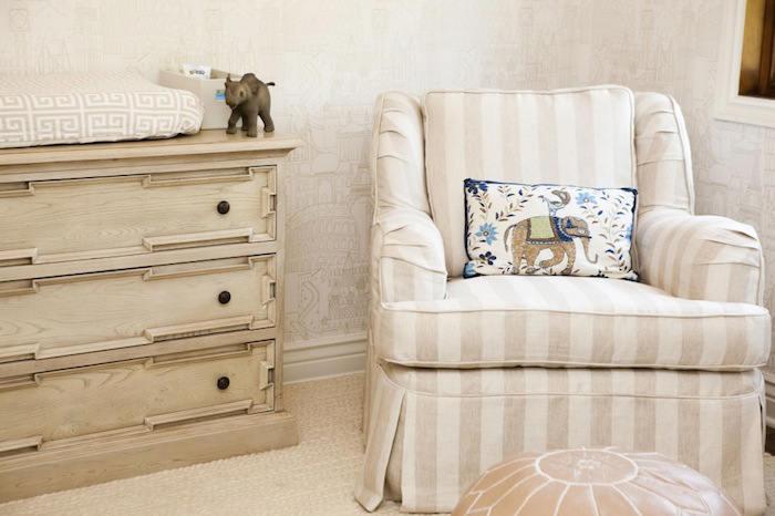 habitacion bebe decorada con papel pintado