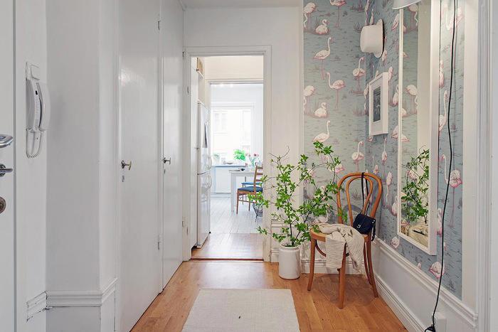 Un recibidor empapelado con flamencos telas papel for Como empapelar puertas