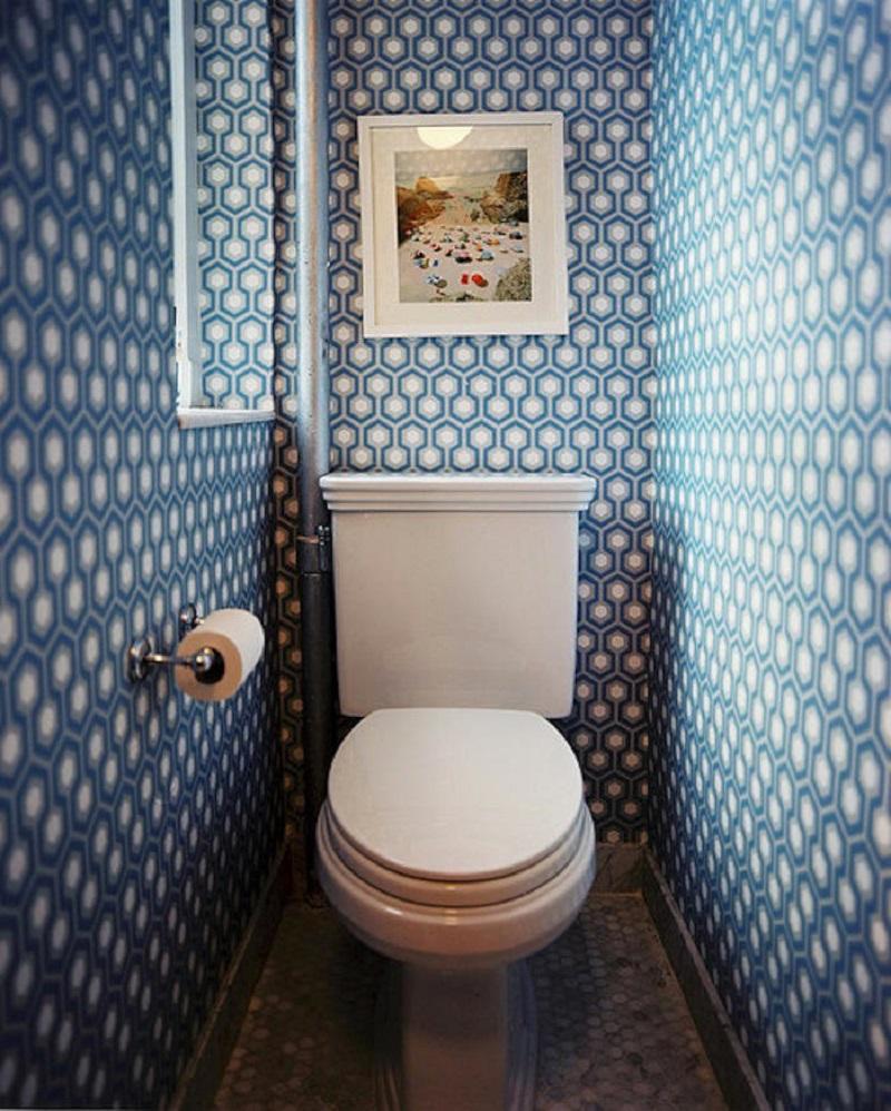 Una buena opción el papel geométrico para el baño