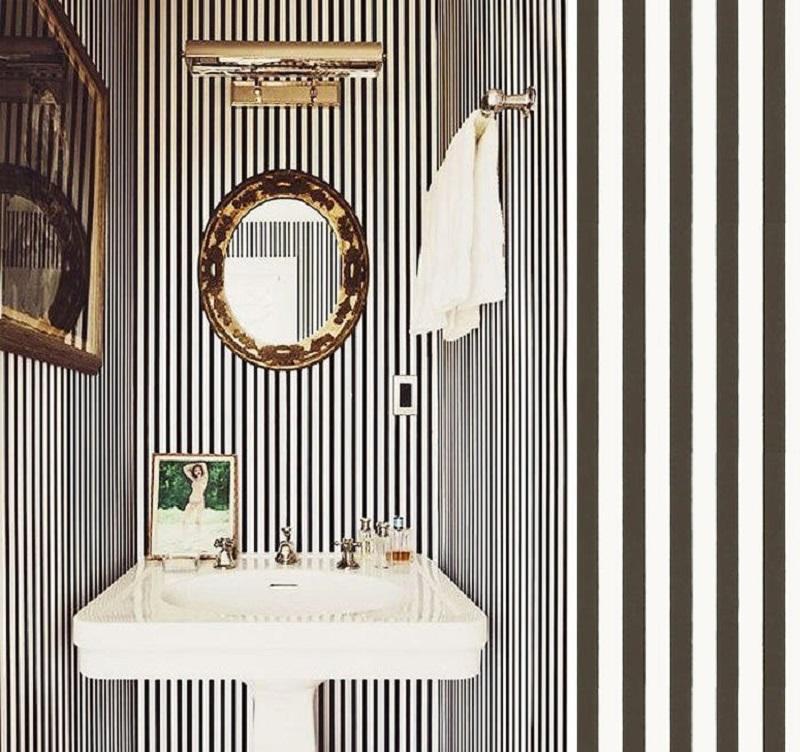 Amplio, elegante y moderno el baño con papel pintado de rayas