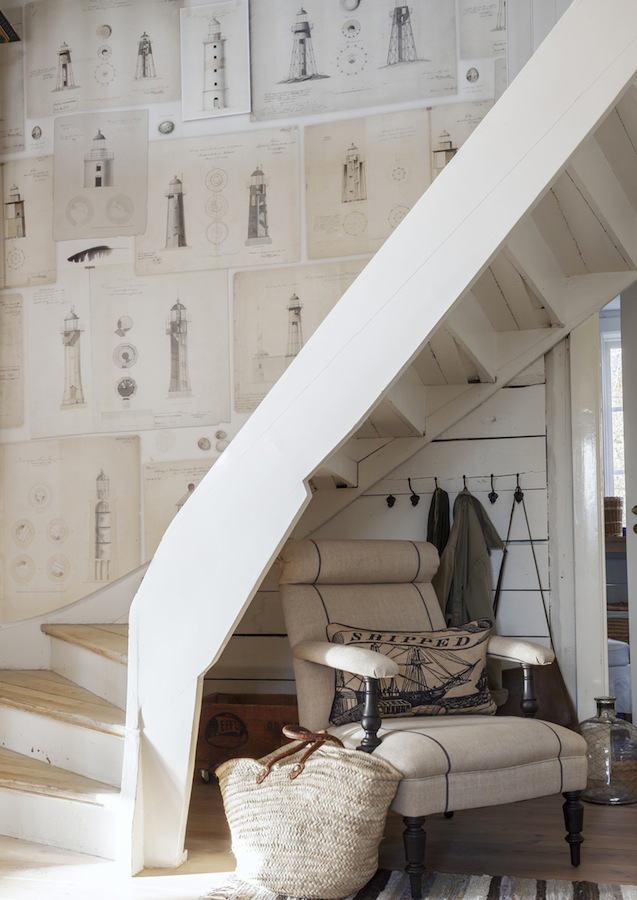 Escaleras con papel pintado a esta tradicional escalera for Papel pintado grueso