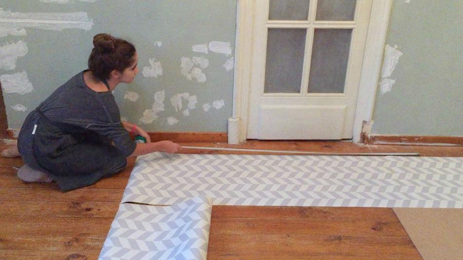Como colocar papel pintado en la pared top affordable se - Como poner papel pintado en la pared ...
